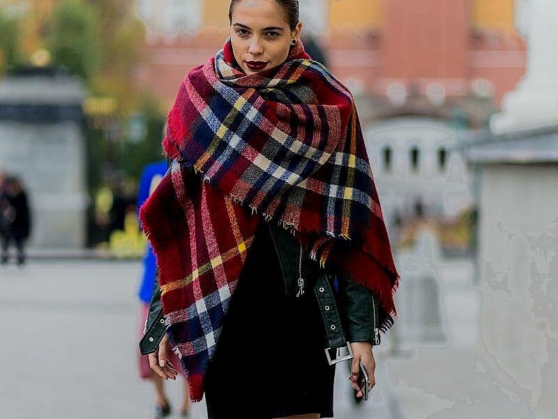 С чем носить широкий шарф?